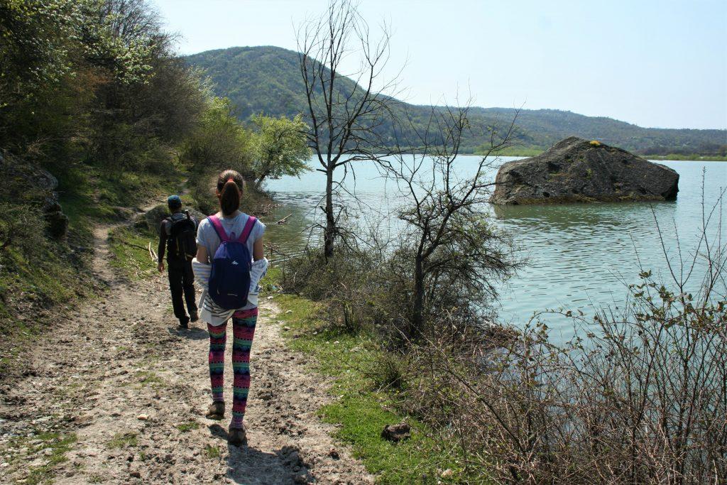 село Лисиците на южния бряг на язовир Студен кладенец го свързахме пеш със село Летовник.