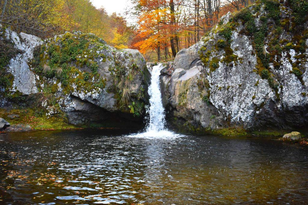 Водопад Гюмбуртията - намира се на река Белишка