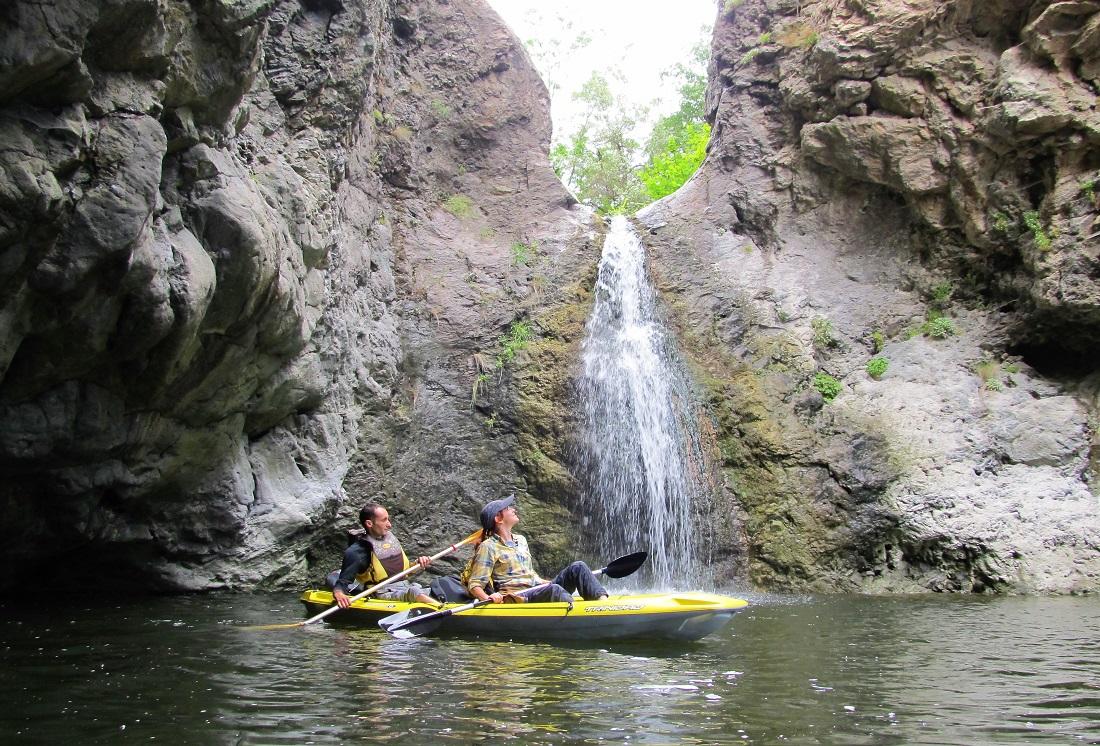 Напролет, когато водата в язовира е висока, с каяк се стига директно до водопада.