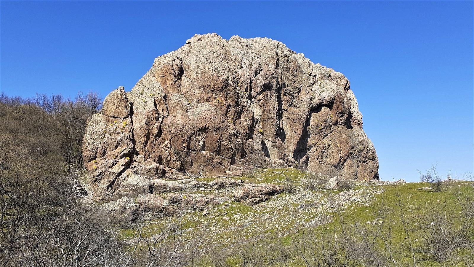 Останки от крепост Ефраим над стената на язовир Студен кладенец